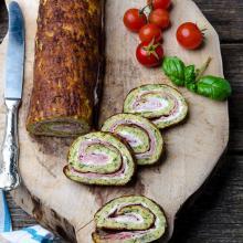 Rotolo di frittata alle zucchine con prosciutto e philadelphia
