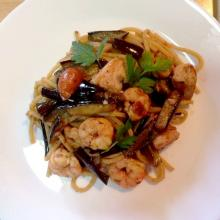 spaghetti alla chitarra con pesce spada, gambero rosso,pomodorini e melanzane - le ricette di max