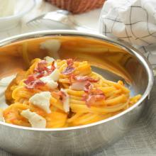 Spaghetti con mousse di carote,stracchino di capra e bacon