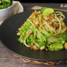 Spaghetti  con  zucchine e mollica croccante
