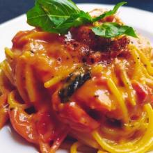 Spaghettoni con crema di tuorlo d'uovo e pecorino romano,salsa di pomodorini datterini freschi,pepe sichuan e basilico napoletano