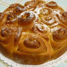 Torta di roselline all'olio, miele, con confettura di albicocca e mandorle