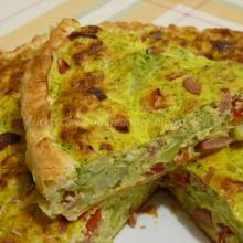 Torta salata con broccoli di avanzo, ricotta, wurstel e porri