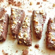Torta soffice al cacao con copertura alle nocciole