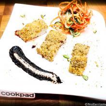Trancetti di merluzzo in crosta di pistacchi di bronte con salsa all'aglio nero e spaghetti di verdure