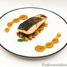 Trancio di salmone speziato con chutney di pere