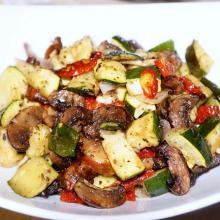 zucchine in tegame ai funghi e pomodori