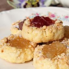 Biscotti con confettura e nocciole