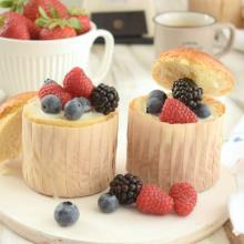 Brioches con crema al latte e frutti di bosco
