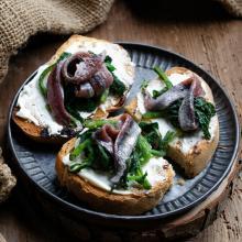 Bruschette con formaggio verdure e alici