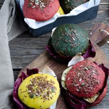 Burger buns colorati naturalmente con spirulina, curcuma e rapa rossa