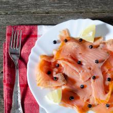 Carpaccio di salmone affumicato con ginepro