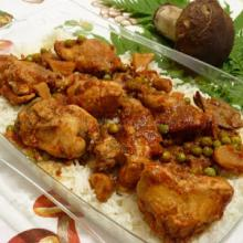 Coniglio pomodoroso con funghi porcini, pisellini su riso basmati