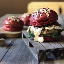 Hamburger di fassona alla boscaiola con bun alla barbabietola