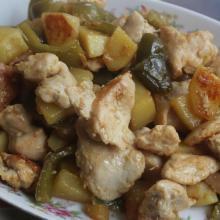I bocconcini di petto di pollo con patate e peperoni all'aceto