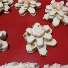 Le tartine di stella in cornice di pane farcito