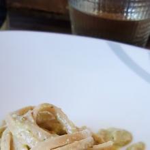 Linguine integrali con pesto di peperoni verdi basilico e mandorle