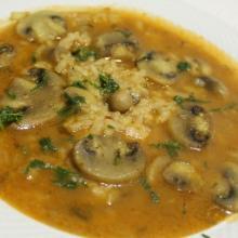 Minestra con riso e funghi champignon