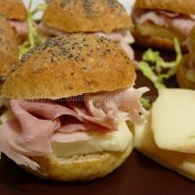 Mini panini con crusca, mix di semi, prosciutto cotto e taleggio