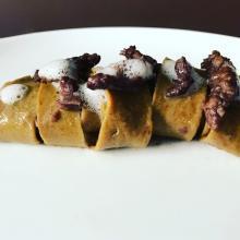 pappardelle con farina di funghi, ragù di salsiccia e aria al rosmarino