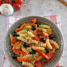 Pasta con peperoni, tonno e olive
