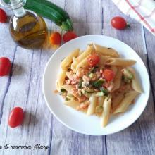 Pasta con salmone zucchine e pomodorini