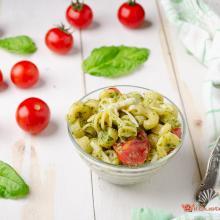Pasta fredda al pesto di basilico e pomodorini