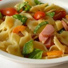 Pasta fredda con zucchine, carote, wurstel e pomodorini