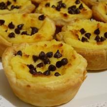 Pasteis de nata, ovvero le paste alla crema, con gocce di cioccolato