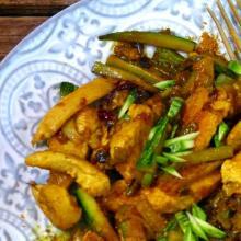 Petto di pollo al curry e yogurt , con zucchine e cipollotto di tropea
