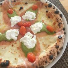 Pizza con crudo di Modena, pesto, burrata e pomodorini confit