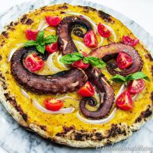 Pizza gluten free con polpo e cipolle di breme