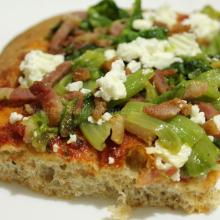 Pizza semintegrale con scarola, pancetta e quartirolo