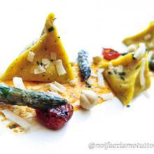 Ravioli (piramidi) gluten free asparagi e pesto rosso