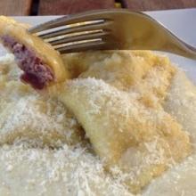 Ravioli radicchio e robiola su crema di patate