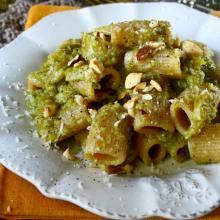 Rigatoni con broccoli , nocciole e sapore d'aglione
