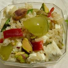 Riso integrale con feta, uva, peperone, basilico e pistacchi