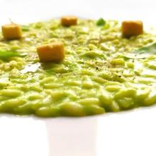 Risotto in crema di piselli,tuorlo d'uovo e provolone del monaco,crostini all'erba cipollina,pepe nero e basilico