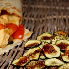 Roll di piadina senza glutine con pollo e chips di zucchine