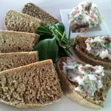 Sassaka con pane di segale per l'Italia nel piatto
