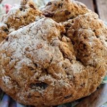 soda bread con noci e uvetta di corinto