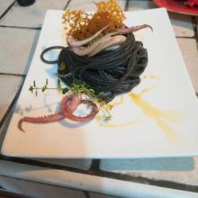 Spaghetti al nero di seppia con calamari e piselli