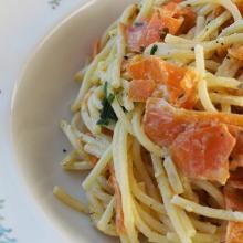 spaghetti con carote e formaggio alle erbe