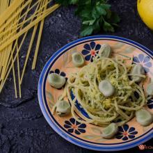 spaghetti con pesto di fave e limone