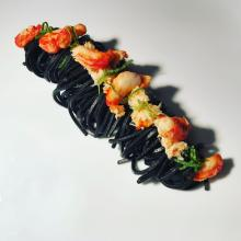spaghetti neri con polpa di granchio e lime
