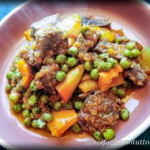 Spezzatino di manzo con peperoni e piselli