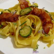 Tagliatelle con zucchine, bacon croccante e profumo di rosmarino