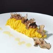 tagliolini allo zafferano, ragù d'agnello, tartufo e salsa alla camomilla, zafferano e miele