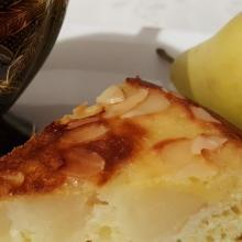 Torta all'olio con pere e mandorle cotta in padella