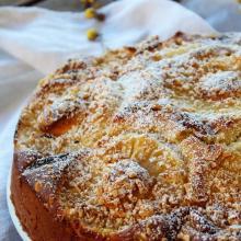 Torta con ananas, albicocche secche e nocciole